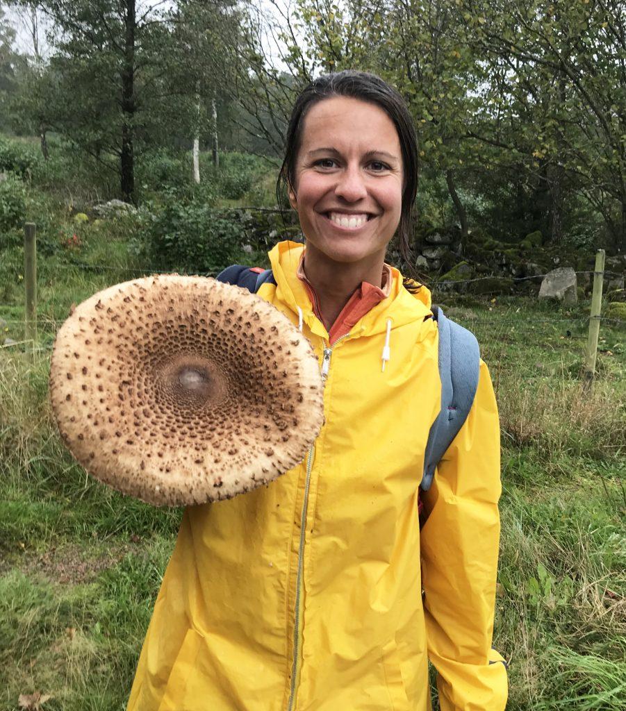 Louise plockar svamp (stolt fjällskivling)